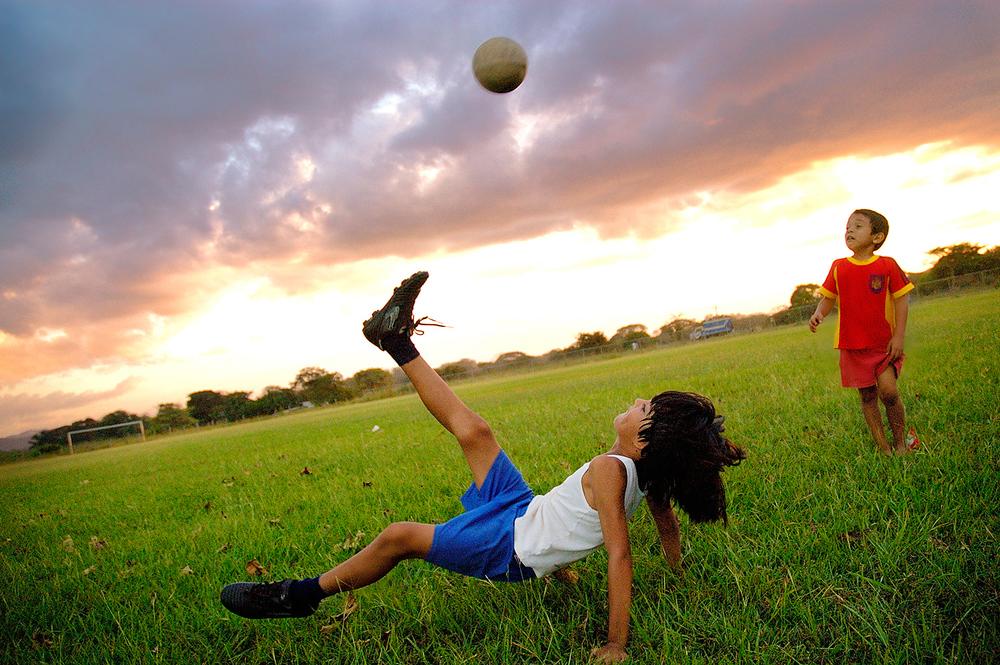 Soccer-niños-jugando-fut-villareal.jpg