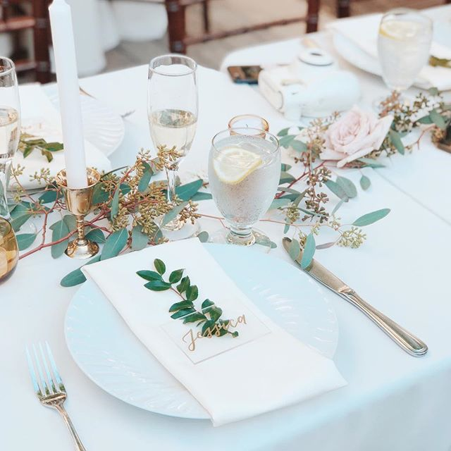 Elegant and classy as it's finest for a California wedding table setting 🌿 . Venue: @serraplaza  Planning/styling: @palmandpineevents  Florals: Wendy Juarez Calligraphy: @bymelissajoy