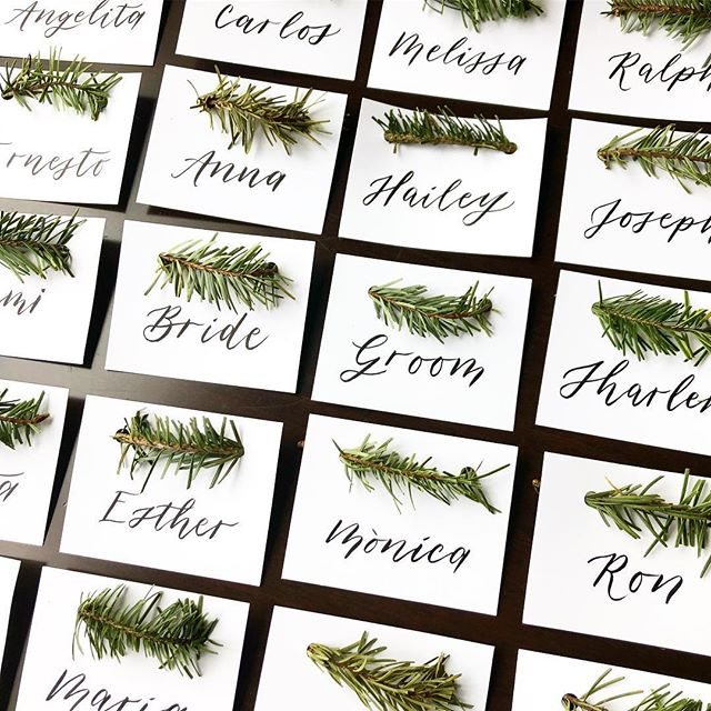 A little accent of nature on these place cards for Marta & Bryan's rustic style wedding 🌲 #rusticdecor #placecards #weddingcalligraphy