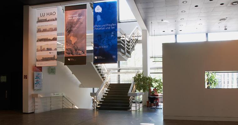 Eingangshalle mit Banner