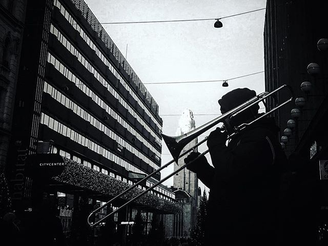 Sunnuntai. #hermanniturkki #folkmelske #sunday #brass #street #music #streetmusic #busking #helsinki #winter #cold #sunny #bright #contrast #blackandwhite #city #centrum #finland #noir #musician
