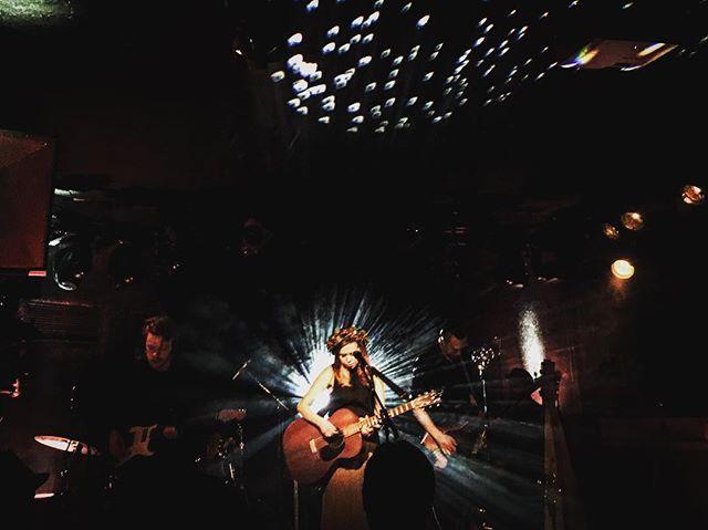 Upea Viitasen Piia! Mieletön keikka eilen. #hermanniturkki #folkmelske #viitasenpiia @viitasenpiia #kuudeslinja #laulumaa #folk #music #live #gig #releaseparty #lights #helsinki #finland