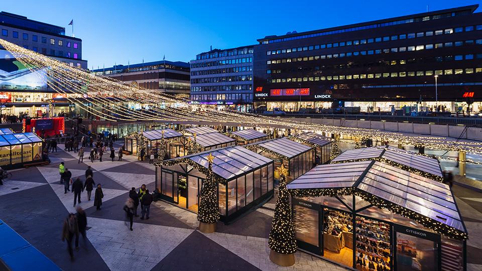 Välkomen till en modern julmarknad med tradition på Sergels Torg.