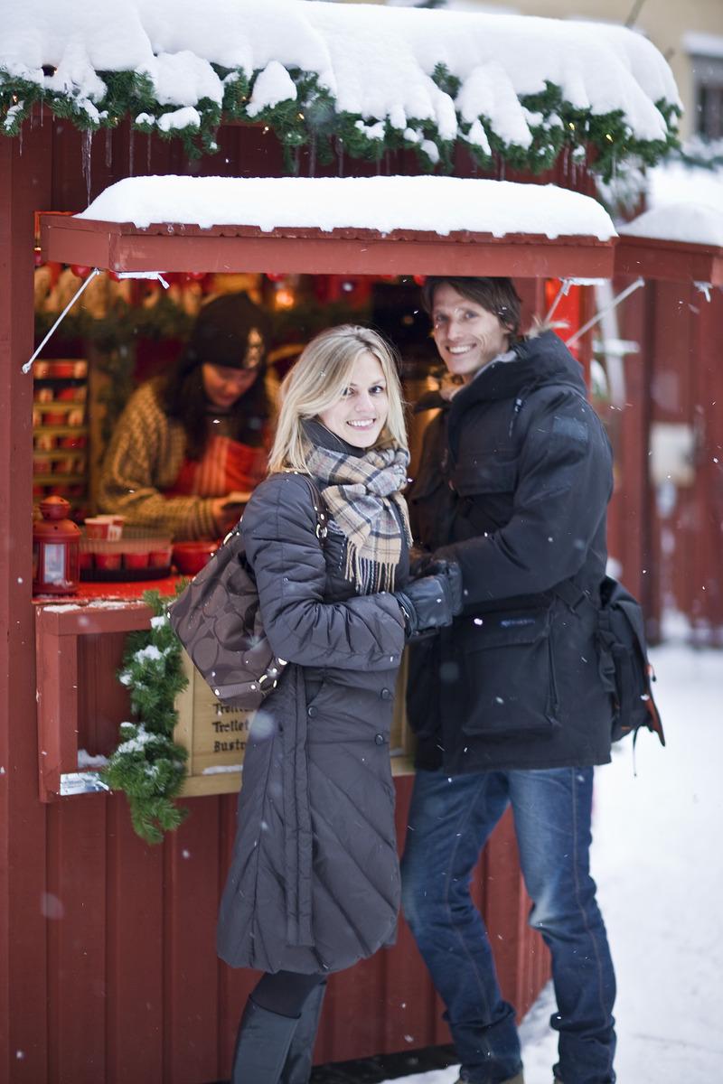 Copule_at_christmas_market_Old_town_Photo_Henrik_stockholm.jpg