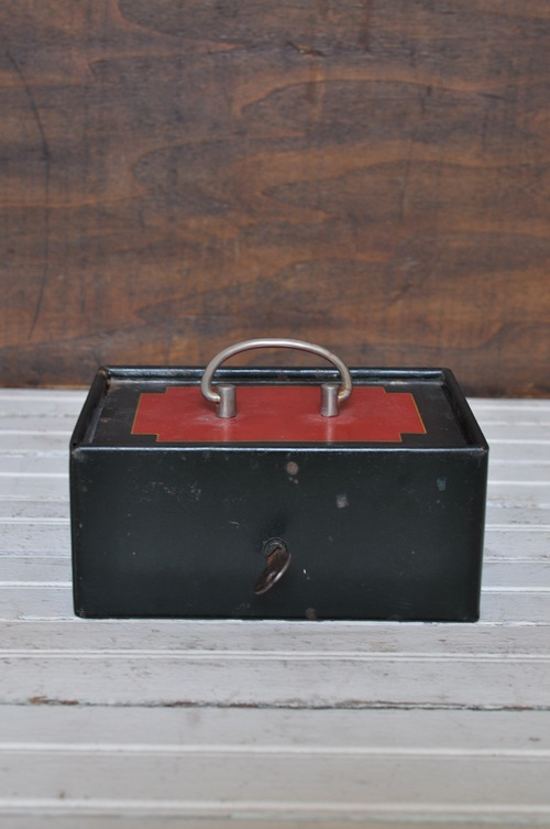 VINTAGE FRENCH LOCKBOX, THE VINTAGE ROUND TOP