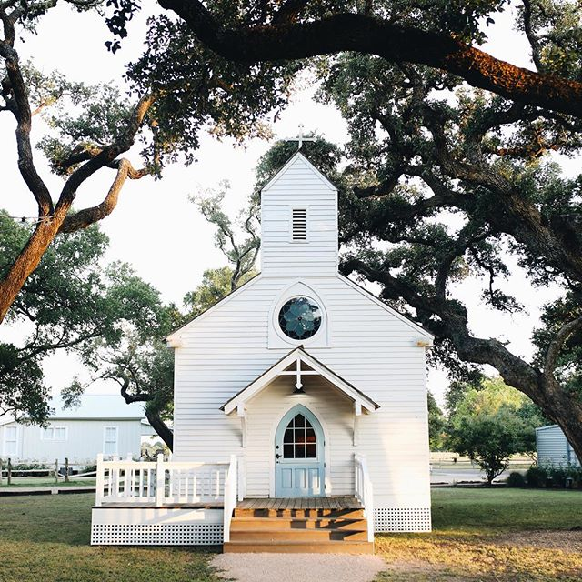Round Top may be known for its antique shows, but our quaint little town has become a great place to visit year-round (with far less crowds!). Charming town squares, incredible restaurants, great shopping, and wide open skies are just a few reasons we adore this town. Just look at Haw Creek Church located in @henkelsquaremarket, it's one of our favorites! Check out our Year-Round Guide to Round Top at the link in our bio to see for yourself! 📷 ⠀ @stacykallen for @mountainsidephotoco
