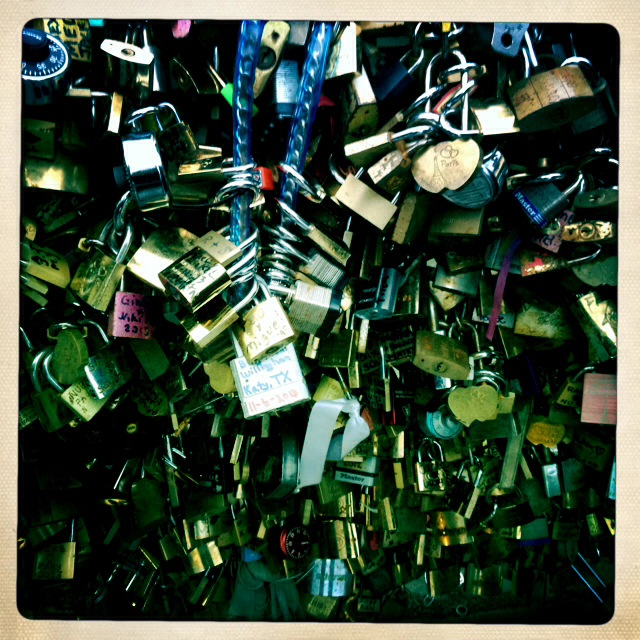 6. Πόσα λουκέτα χρειάζεσαι για να κλειδώσεις την αγάπη; Έναν μεγάλο έρωτα; Έναν μικρότερο; Πόσα κλειδιά και πόσα αντικλείδια θα χρειαστεί κανείς για να την ξεκλειδώσει; Τι λουκέτο να διαλέξω; Aσημένιο ή χρυσό;