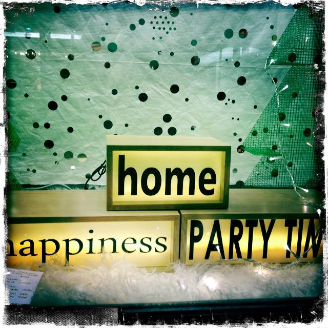 12. Σπίτι. Ευτυχία. Ώρα για πάρτι. Το παιχνίδι με τις λέξεις δεν σταματά. Ειδικά όταν φωτίζεται, η φαντασία προκαλεί συνειρμούς που μας φτιάχνει ακόμη περισσότερο τη διάθεση. Διαλέγω την ευτυχία.