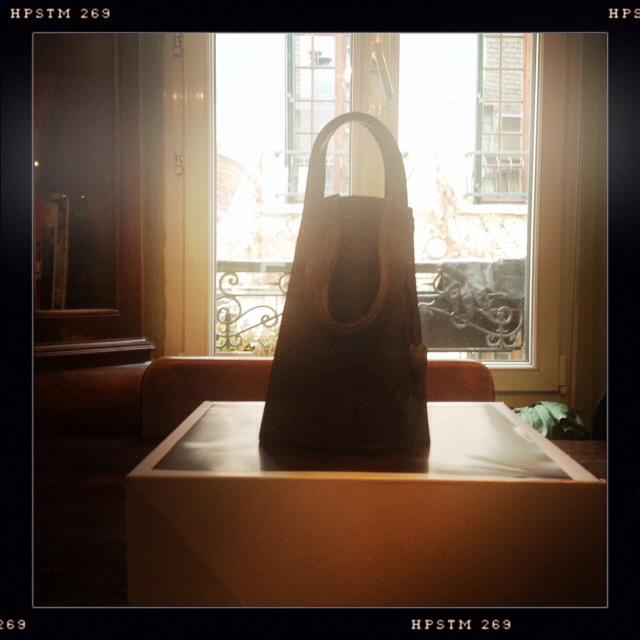 Το δετό παπούτσι της Μαίρη Πόπινς και μία βραδινή τσάντα με χερούλι, από υπέροχη σοκολάτα, με λεπτομέρειες που θα ζήλευε οποιοσδήποτε οίκος πολυτελών αξεσουάρ.