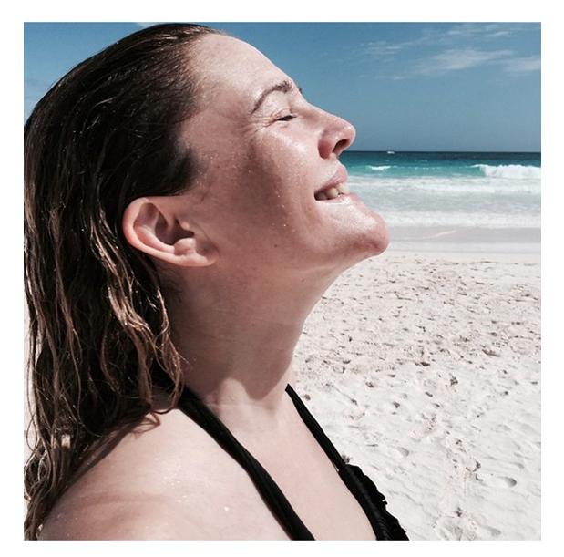 739e1a912622 Δεν ξέρω γιατί αλλά κόλλησα με τη συγκεκριμένη φωτογραφία. Η Drew Barrymore  ανέβασε αυτή την εικόνα για να μοιραστεί με όλους την χαρά της που γίνεται  40 ...