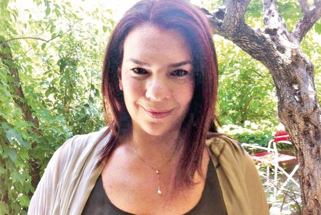 Η Λουκία Δέρβη, «Αλλού, στο Πουθενά». Οι μπλε γαρδένιες δεν φαίνονται στη φωτογραφία...