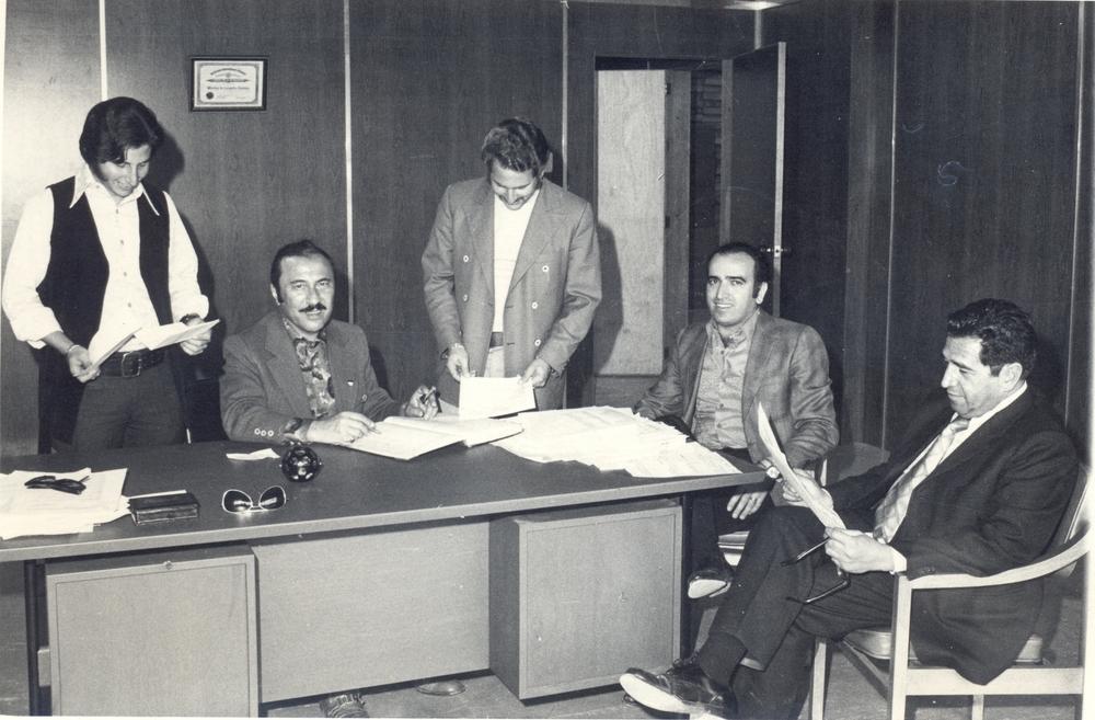 De izquierda a derecha: Edward, Julius y Ronald Bakalarz en reunion de tabajo con ejectuvios de la empresa