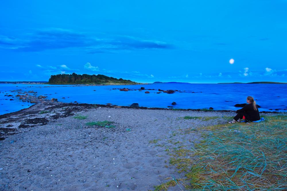 """""""Danmark"""" på Larkollen. Ut til øya Danmark kommer du ved å balansere på steinene ut til øya. Her fra en augustnatt."""