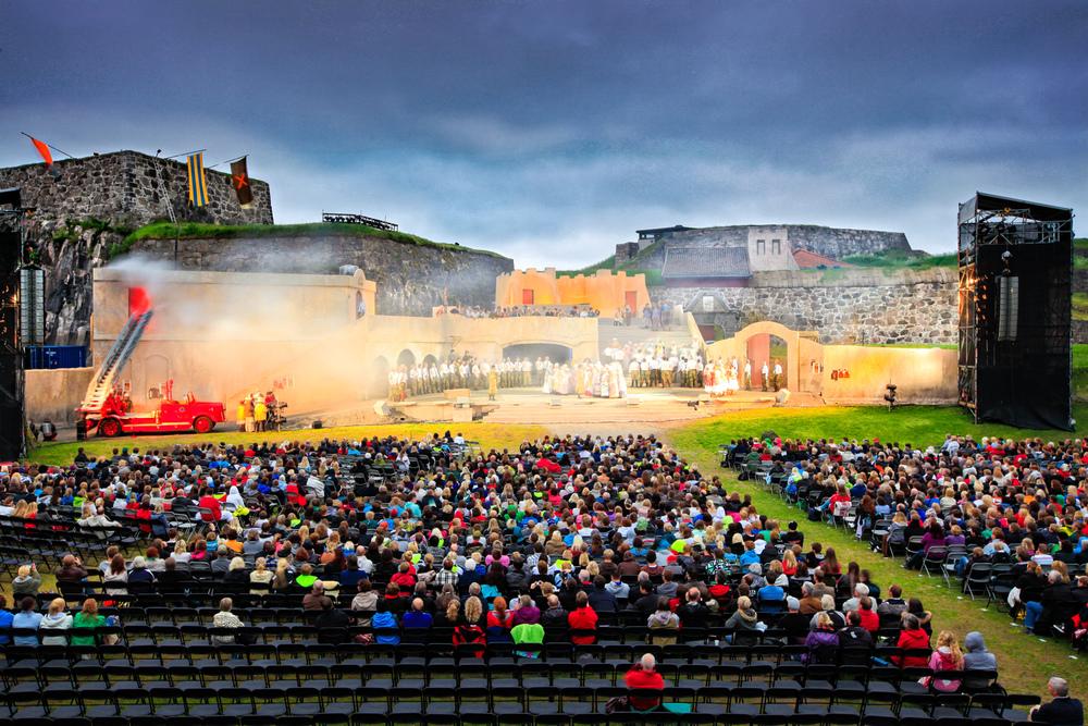 Fredriksten festning blir ofte benyttet som kulturarena. Annet hvert år settes opp et av de store operastykkene.