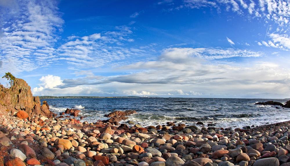 Geologisk hører Jeløya tilOslofeltetog består av lavabergarter frapermtida. Den største norskemorenenfraistidensslutt,raet, går over Jeløya, mot øst går Raet over Moss og Rygge og fortsetter gjennom Sverige til Finland. Mot vest krysser Raet Oslofjorden for å fortsette vestover langs kysten gjennom Vestfold og Sørlandet. Rullesteinstrender med runde morenestein er spor etter morenen. Her fra rullesteinstranden ved Stalsberget (Stalsberget er et område med vulkanlandskap).