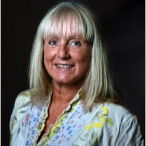 Torill Stokkan er foredragsholder og forfatter, men til daglig er hun ansatt som rådgiver og leder av Litteraturuka og Den Kulturelle Spaserstokken i Sarpsborg kommune.