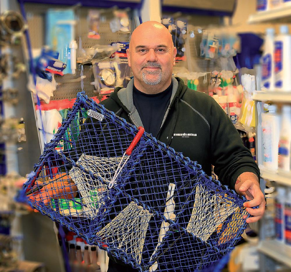 Stort utvalg av fiskeutstyr. Med rette er det mange som forbinder oss med båter og båtutstyr, men salget av fiske- og fangstutstyr har gått til værs de siste årene og også blitt en viktig del av sortimentet i butikken, forteller Jon Rådahl, daglig leder i Stokken Båt & Motor.