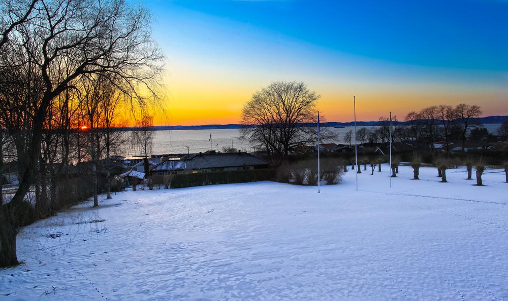 Vakker aprilkveld med solnedgang over Oslofjorden. Skaresnø og lange lyse vårkvelder tyder på at våren snart skal slå ut i full blomst her.