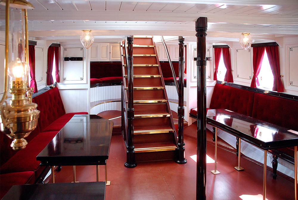 Stilfull salong ombord i «Turisten». Tidligere var den innerste delen forbeholdt damene om bord, mens herrene hadde egen sigarsalong.Foto: Geir Arntzen