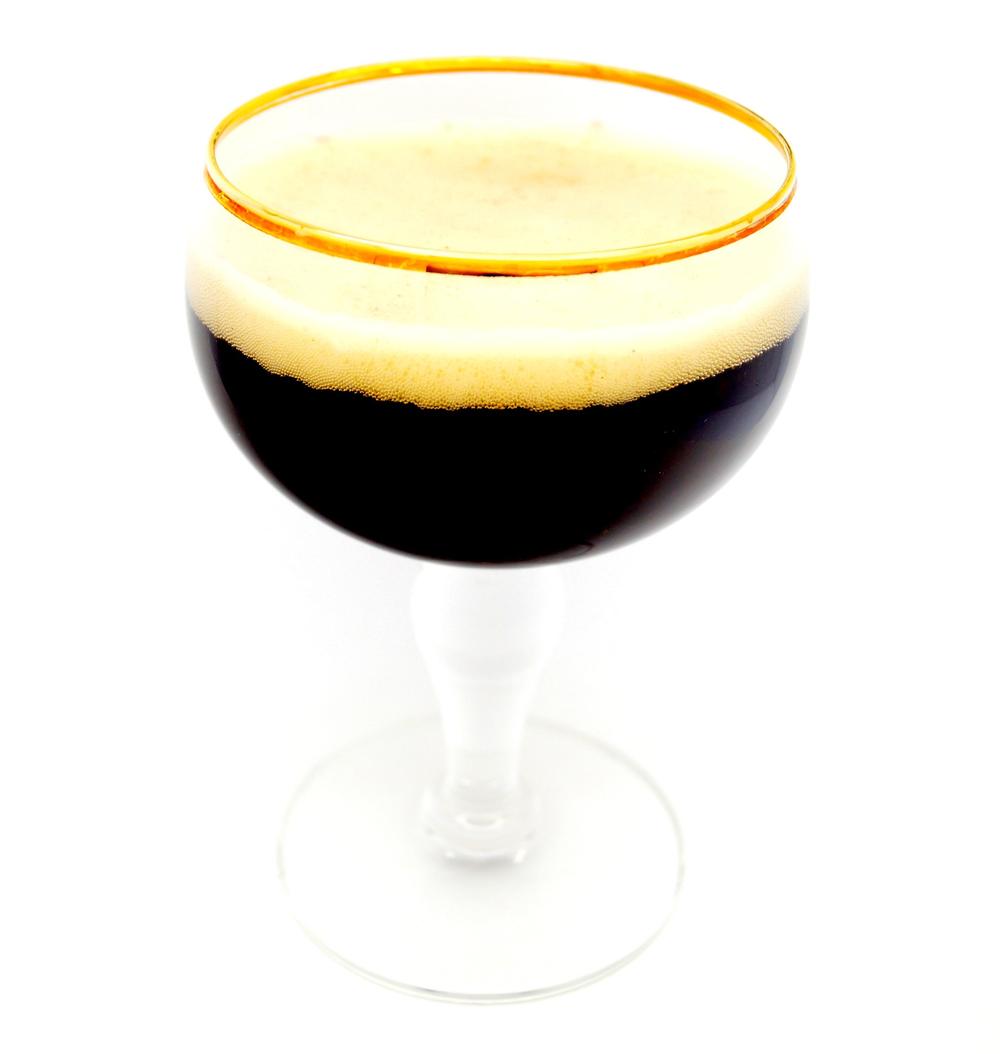 I Belgia er de ofte litt mer leken i smaken til ølet, de tørr oftere å eksperimentere og overdrive litt.Ofte kan det være hint av karamell, eller andre søtlige smaker som slår an. Samtidig er det også flere internasjonalt ledene ølmerker fra Belgia med svært gamle oppskrifter som blir benyttet. Flere munkeklostre brygger sitt eget øl, og en kuriositet her er at det begrenses til en kasse øl i året pr person. Man må ringe på forhånd for å melde sin ankomstdato og samtidig oppgi sitt bilskilt. Ølhunder fra hele Europa valfarter til klostrene i Belgia for å ta hjem en kasse med trappistes,brygget av munkene selv. Ølet som brygges her holder ofte en høy alkoholprosent og er full av rik aroma - perfekt som en langsom halvliter til tippekampen.