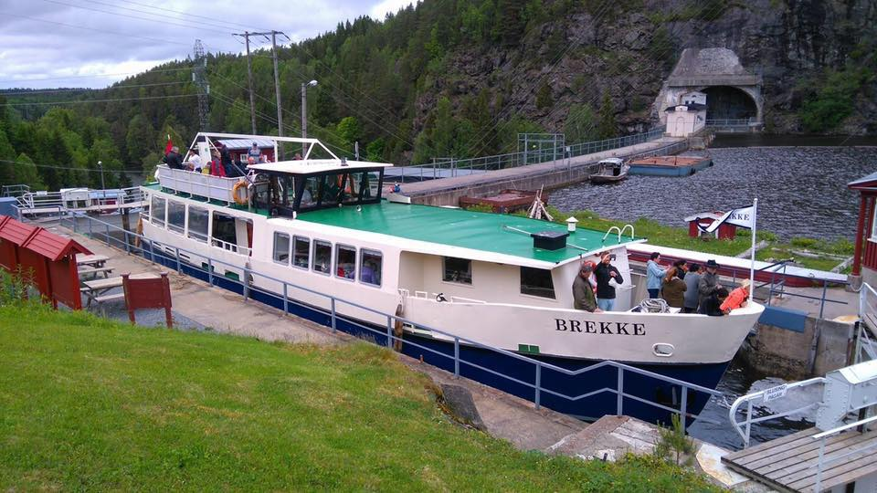 MS BREKKE nymalt med blå bunn. Her fra Brekke Sluser. Foto: MS BREKKE