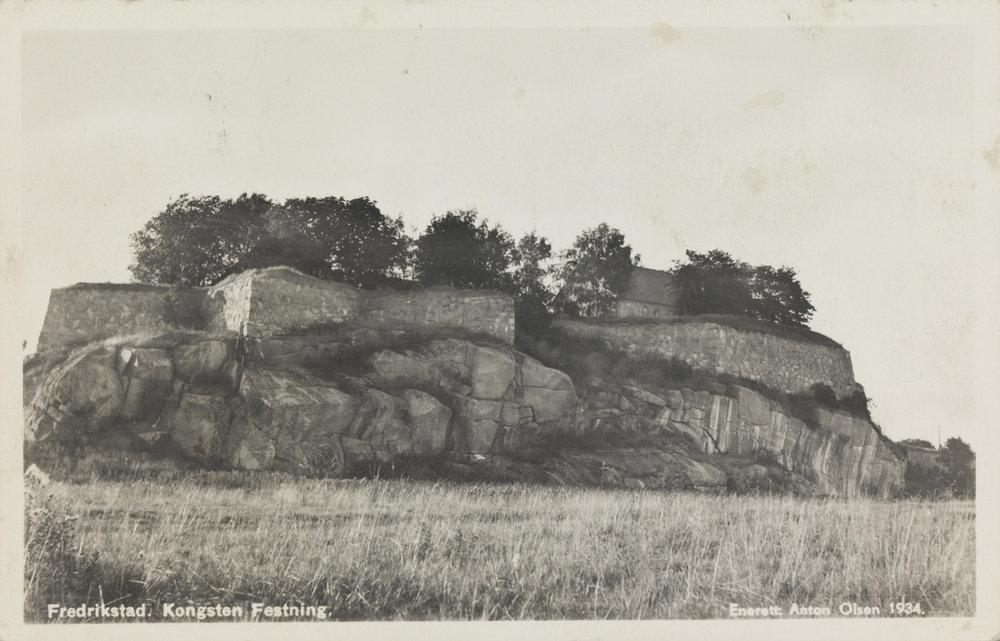 Kongsten fort, øst for Gamlebyen i Fredrikstad, sett fra sørøst.  Bildet er hentet fra Nasjonalbibliotekets bildesamling. Kongsten fort, Fredrikstad, Østfold