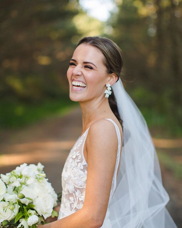 Brooke has such a gorgeous smile 😍 @makeupbymeags @karenkaufmanskincare @bluebellbridal_ @blushflowers