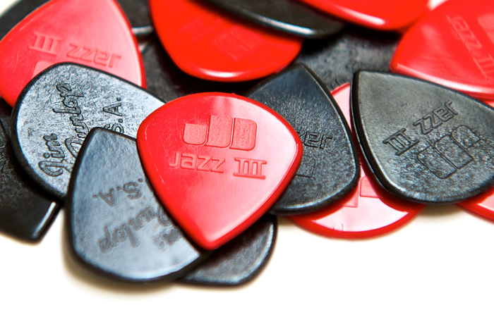 The small profile of the Dunlop Jazz pick lets your have ease-of-picking along with a flat angle of attack