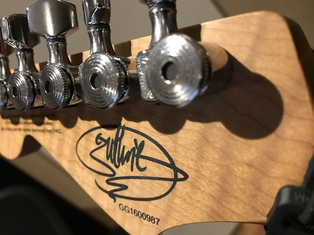 My first experience with locking-tuners on the headstock. I pronounce this a winner!