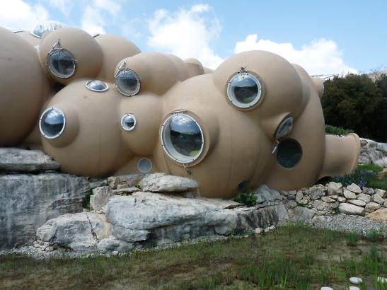 Man kan dricka bubblor, leka med bubblor, leva i en bubbla och numera även bo i bubblor i Frankrike!! La  Maison Bulle