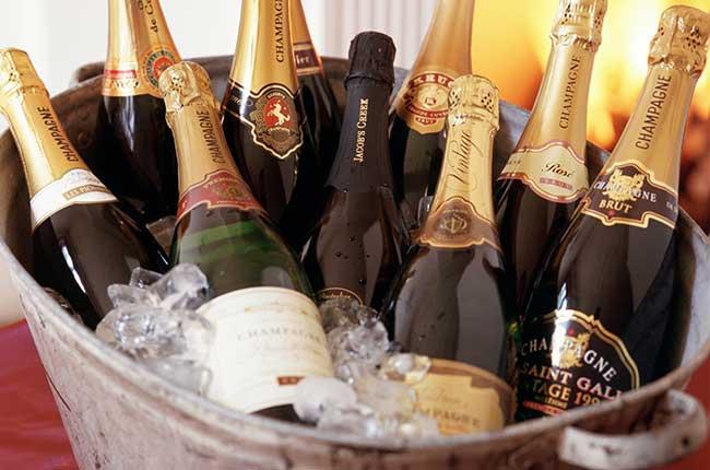 """"""" Le doux chuchotement """" När någon öppnar en flaska champagne, kallas ljudet från den luft som kommer ut ur flaskan för """"Den söta viskningen""""."""
