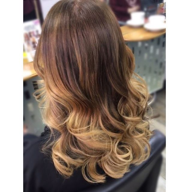 Classic #balayagehighlights with a soft #rootstretch by Alex