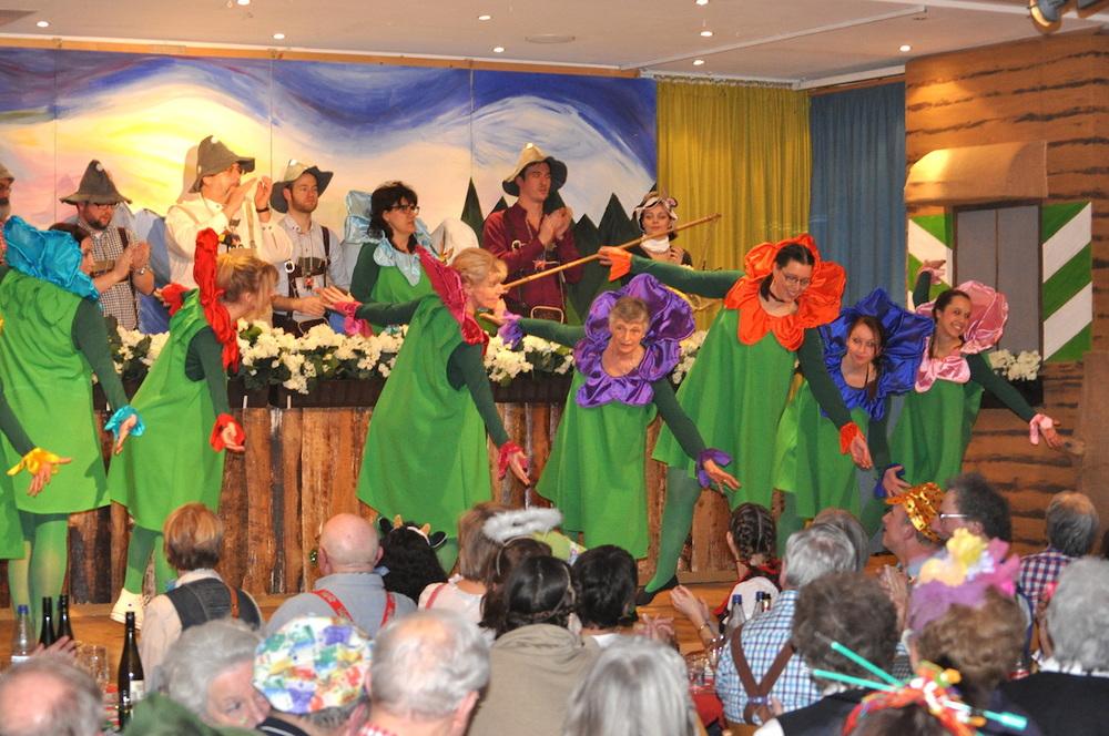 """Zur """"Hüttengaudi"""" lud man 2013 ins Piushaus und alle waren zünftig gekleidet. Auf der Bühne bietet das Weiberfastnachtskomittee einen Tanz - und dem Publikum gefällt's. Foto: Alexander Schmitt"""