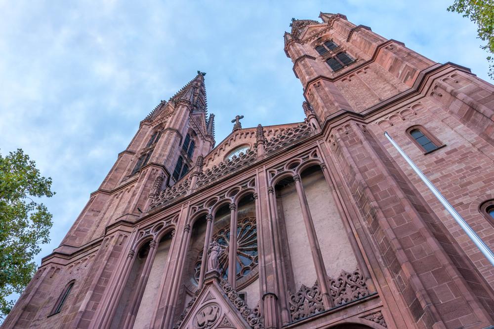 Fassade, Hauptportal und Türme der Bonifatiuskirche. Foto: 2014 Benjamin Dahlhoff