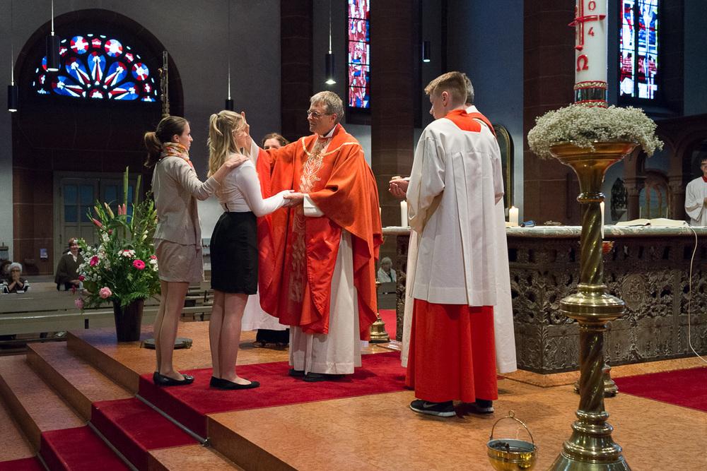 Pfarrer Wolfgang Rösch firmt eine junge Frau in St. Bonifatius am 5. Juni 2014