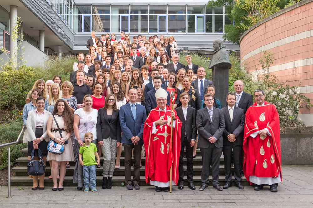 Gruppenfoto mit Weihbischof Dr. Thomas Löhr (Vorne in der Mitte) und Pfarrer Stephan Gras (Vorne rechts). Bild: Benjamin Dahlhoff. Sie können das Bild anklicken zum Vergrößern und dann herunterladen.