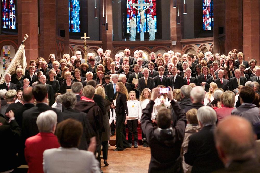 Stehende Ovationen für den Chor an St. Bonifatius nach der Uraufführung von Colin Mawbys Missa Solemnis am 3.10.2012. Foto: Benjamin Dahlhoff