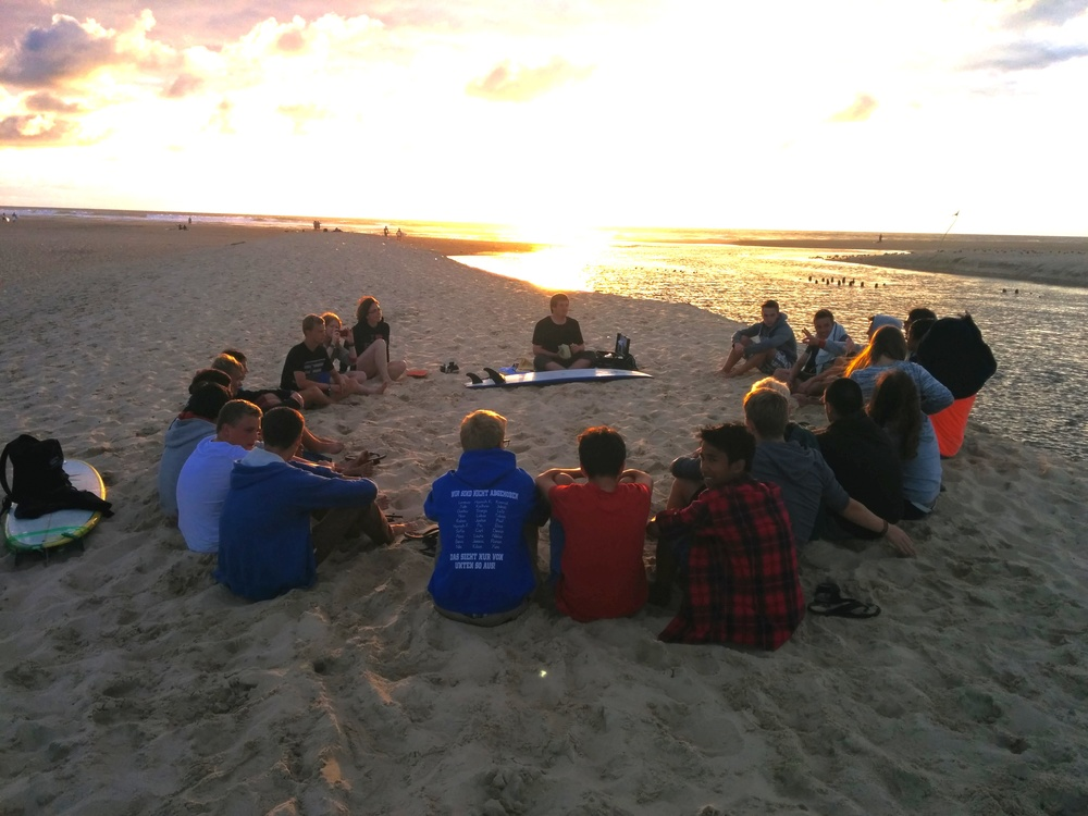 Gottesdienst am Strand.Sport und Glauben an der Französischen Atlantikküste. Foto: Simon Schade