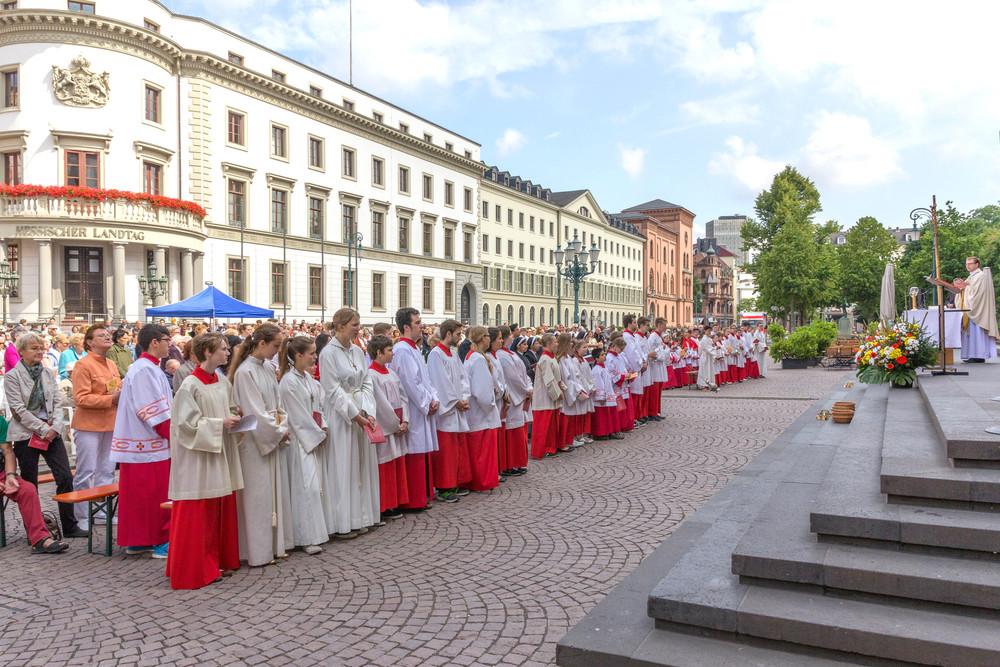 Fronleichnamsgottesdienst auf dem Wiesbadener Schlossplatz. Foto: 2014 B. Dahlhoff