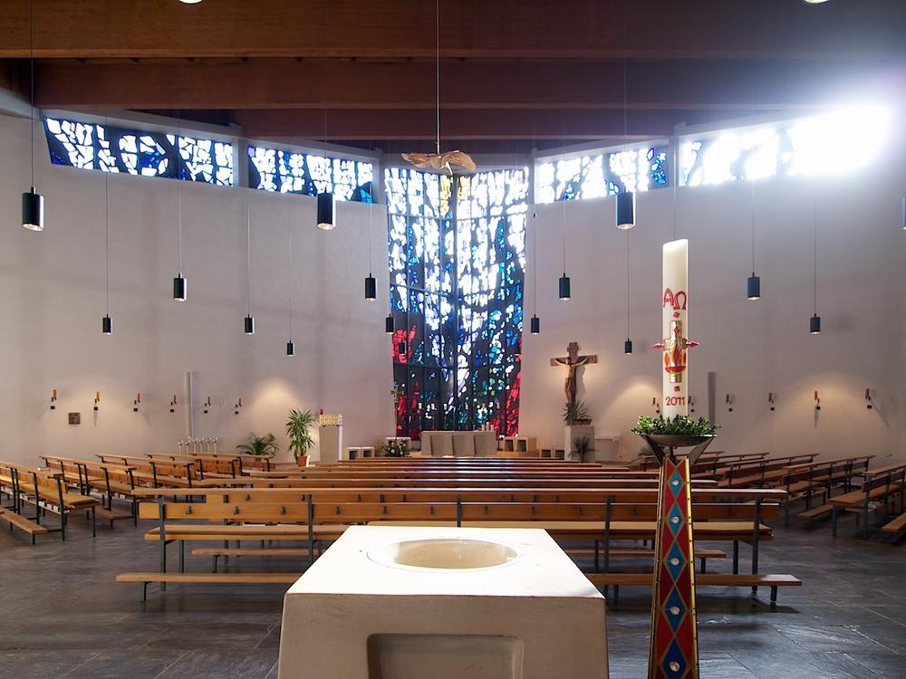 Taufbecken, Taufkerze und Kirchenraum in St. Michael. Foto: Benjamin Dahlhoff 2012