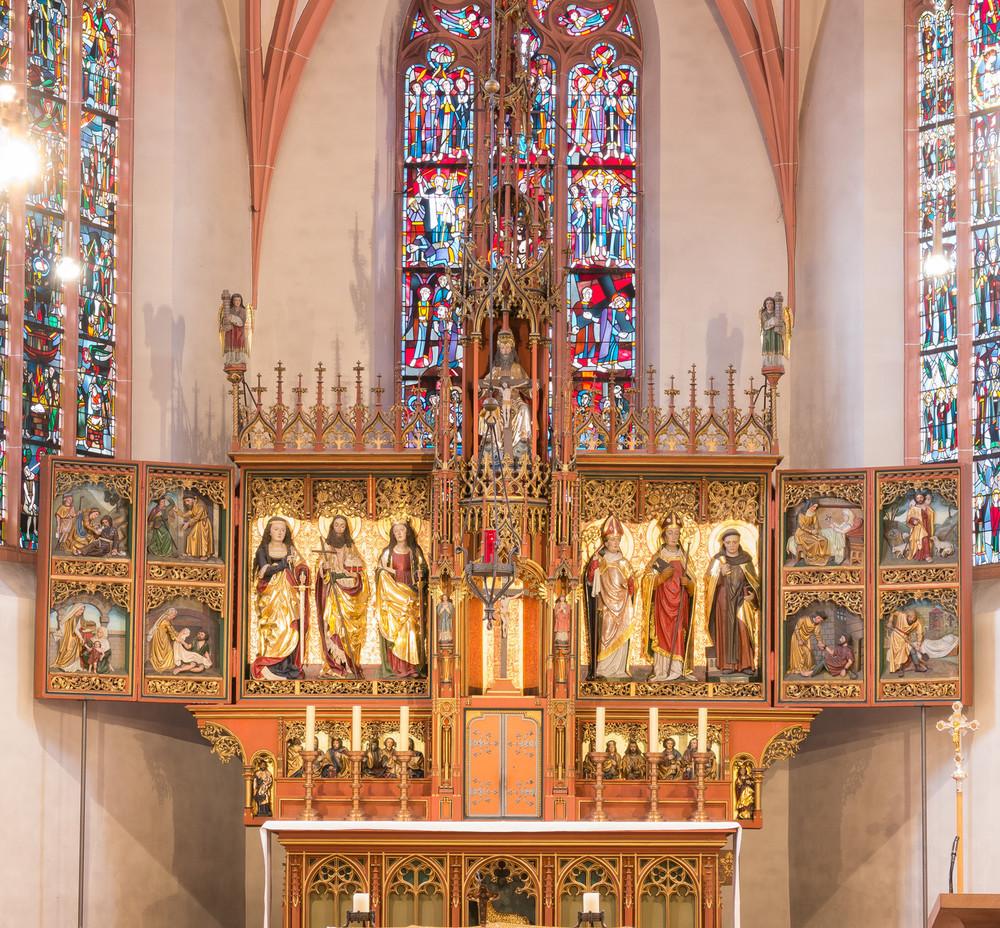 Hochaltar mit den sieben Werken der Barmherzigkeit in der Kirche St. Martin in Oestrich. Alle Fotos: Benjamin Dahlhoff 2016