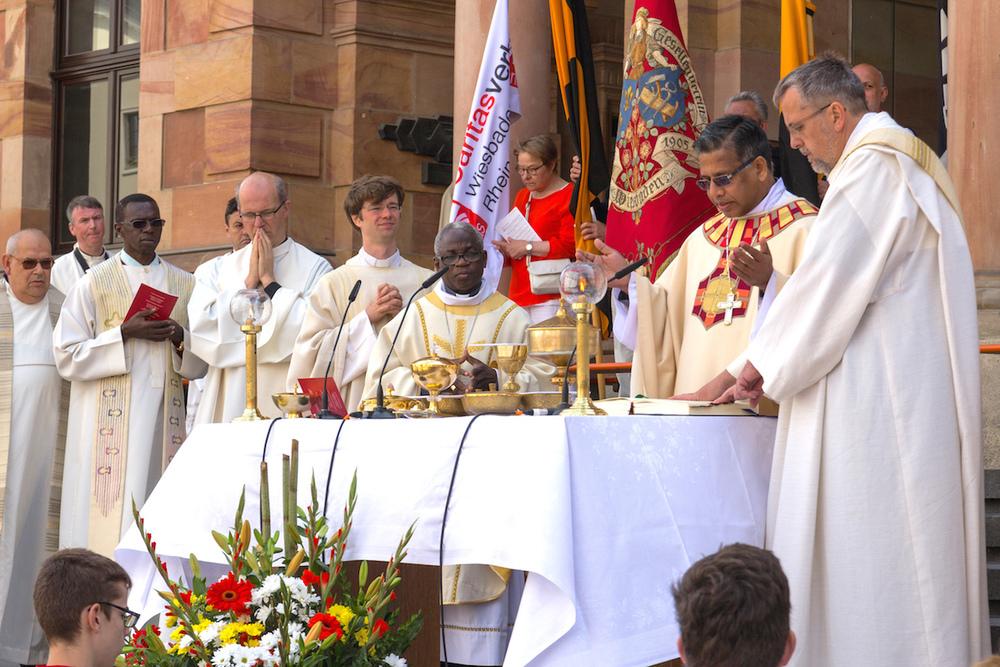 Priester aus mehreren Ländern an Fronleichnam