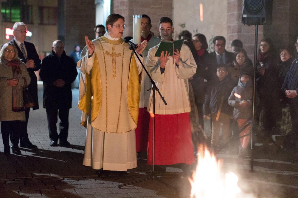 Osternacht 2016 - Pfarrer Klaus Nebel am Osterfeuer in St. Bonifatius. Bild: Benjamin Dahlhoff.