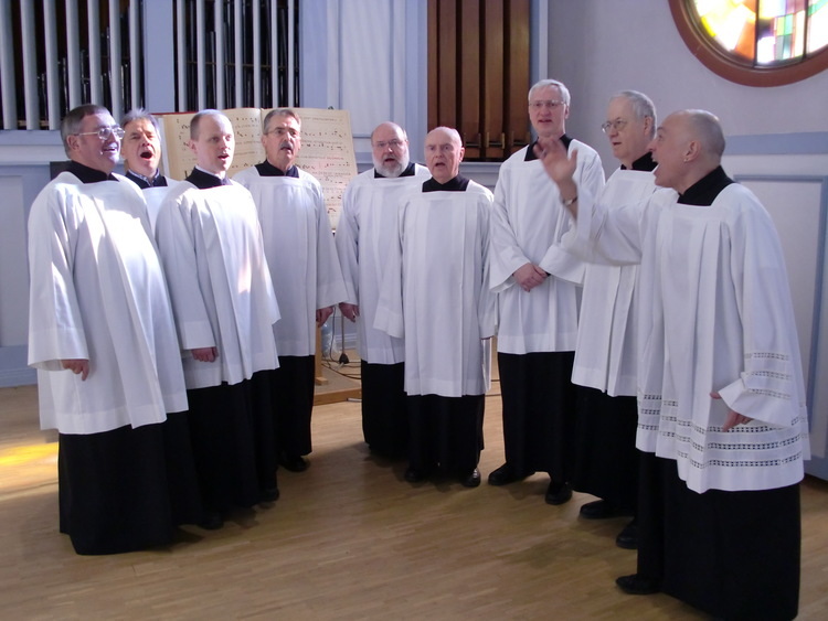 Die Schola an St. Elisabeth mit Franz-Josef Oestemer (rechts)