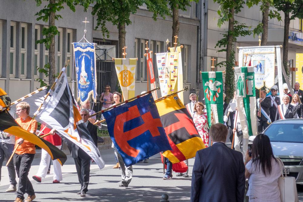 Vertreter der katholischen Verbände und Einrichtungen tragen ihre Banner während der Fronleichnamsprozession.