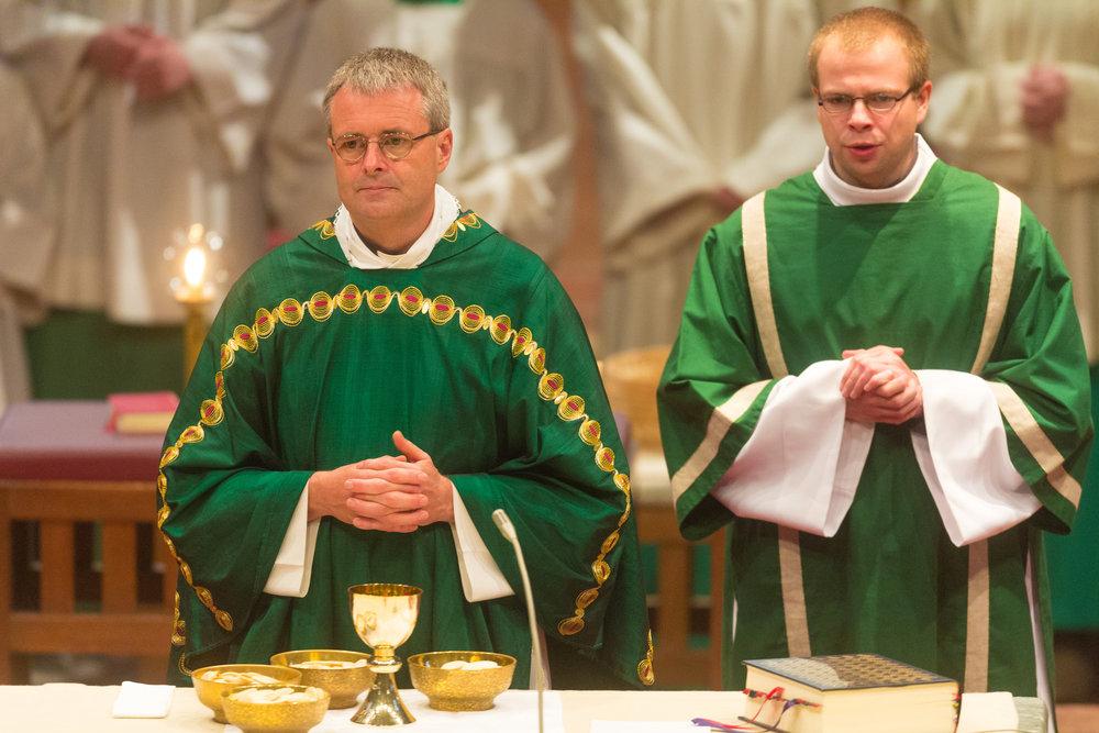 Wolfgang Rösch (links) gemeinsam am Altar mit Kaplan Radoslaw Lydkowski (rechts). (C)2013 Benjamin Dahlhoff