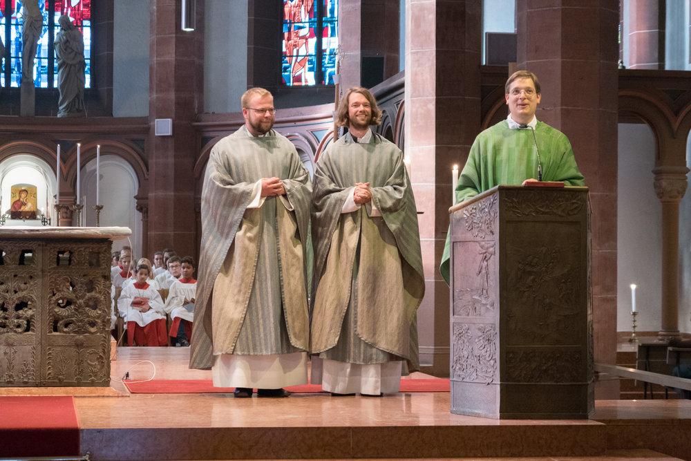 Die Kapläne Radoslaw Lydkowski (links) und Simon Schade (mitte), Stadtdekan Klaus Nebel (rechts)bei der Verabschiedung im Gottesdienst am 13. August 2017 in St. Bonifatius. Foto: Benjamin Dahlhoff
