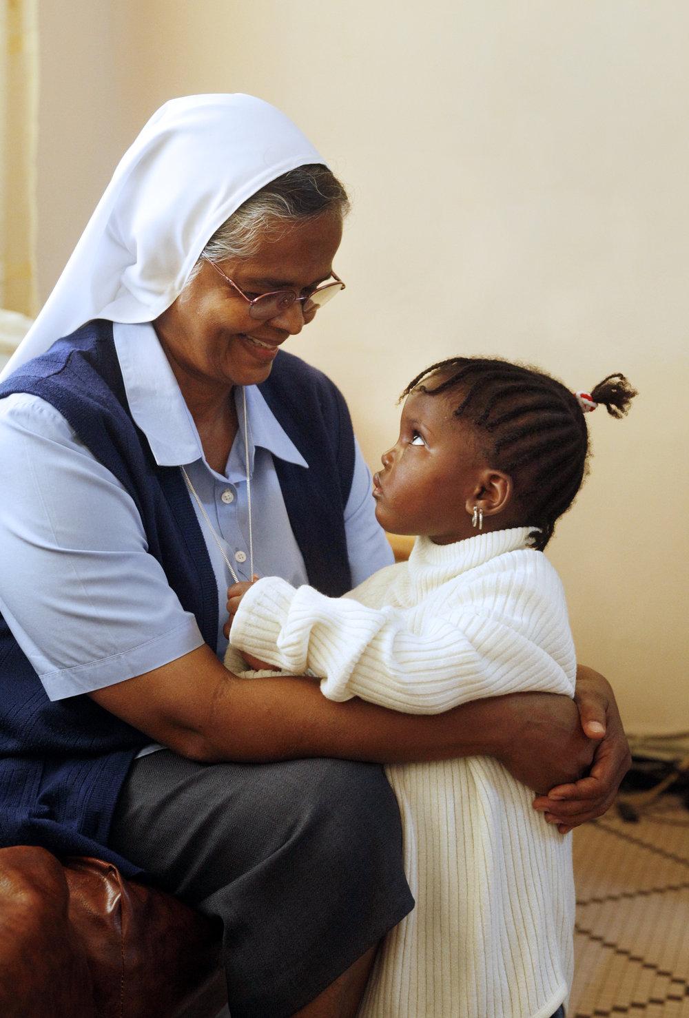"""Die indische Schwester Hilaria Puthirikkal und Sindie (3) im  Zentrum fuer verstossene Frauen und deren Kinder der Schwesterngemeinschaft """"Soeurs du Bon Pasteur"""" in Dakar, Senegal   ---   [ � FRIEDRICH STARK, Arneckestrasse 72, 44139 D o r t m u n d, phone +49-231-136240, mobil +49-171-6463061, e-mail: stark.f@t-online.de, www.friedrichstark.de, Bank: I N G - D I B A,   A l l g e m e i n e   D e u t s c h e   D i r e k t b a n k, Kto-Nr. 0596534130, BLZ 50010517, IBAN: DE68500105170596534130, BIC: INGDDEFF - NO MODELRELEASE! Bei Verwendung des Fotos ausserhalb journalistischer Zwecke bitte Ruecksprache mit dem Fotografen! Veroeffentlichung nur gegen Honorar laut aktueller MFM-Liste (Mittelstandsgemeinschaft Foto-Marketing), Urhebervermerk und Belegexemplar!] [#0,26,121#]"""