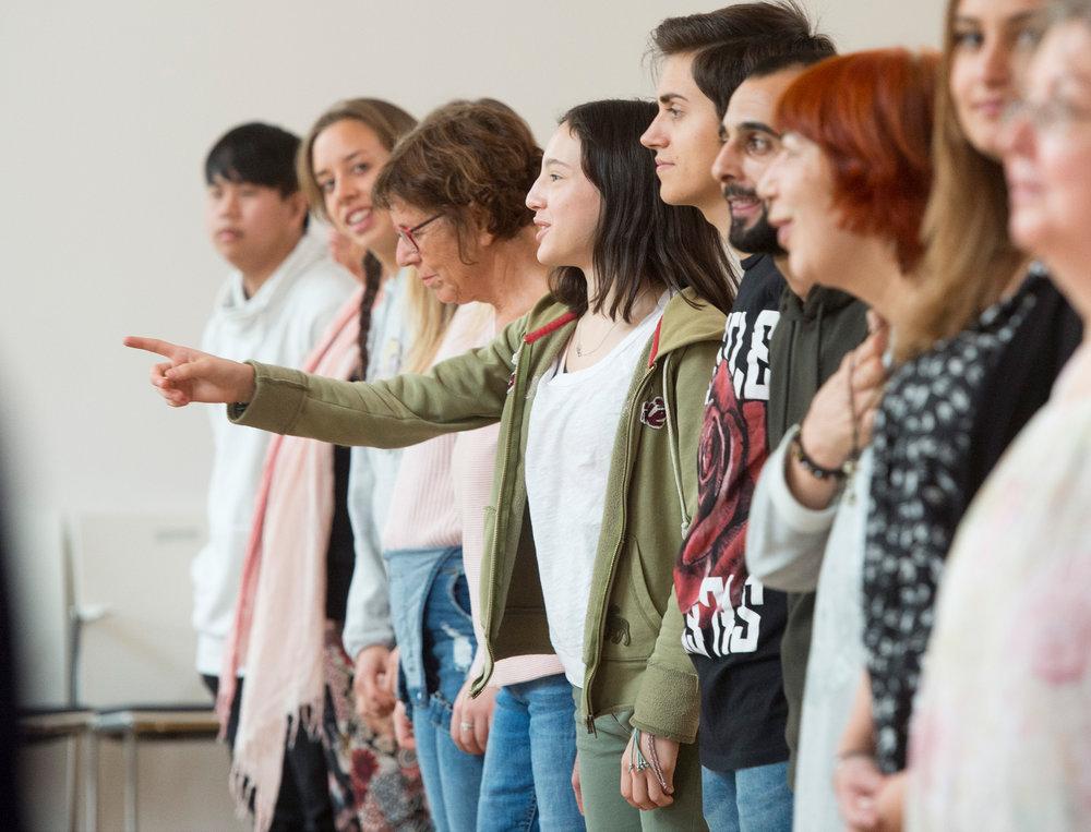 Begeistert zeigten sich die Teilnehmenden bei den ersten beiden Workshops. Unter Leitung von Theaterpädagogin Priska Janssens und der Tänzerin Valérie Sauer lernten sich die Teilnehmenden kennen und entwickelten gemeinsam Spiel- und Tanzszenen, die sie mit viel Spaß präsentierten. Fotos: Michael Kretzer.