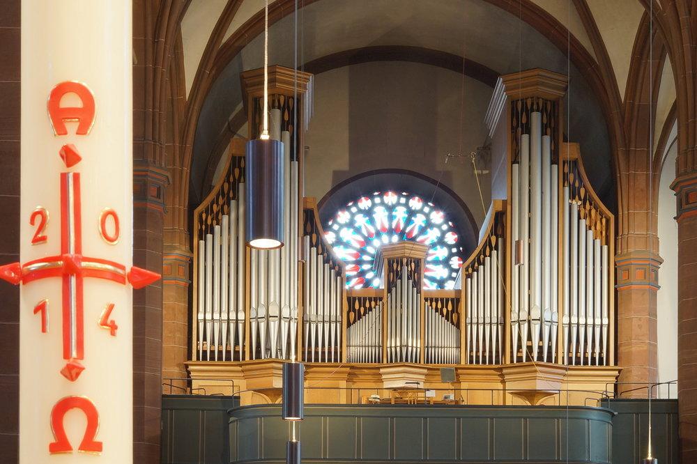 Orgel_mit_Osterkerze.jpg